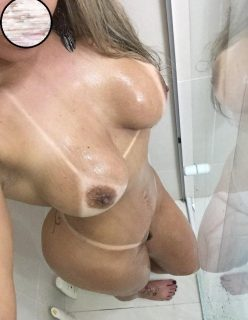 Atriz porno famosa tirou nudes no banheiro Fotos Vazadas