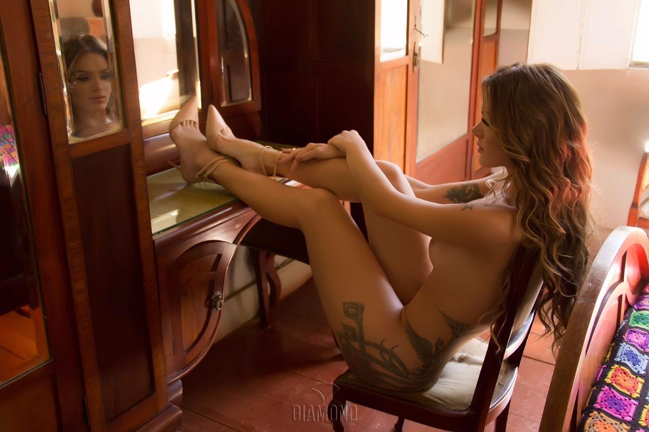 Famosa gostosa faz fotos nuas mostrando sua bunda tatuada