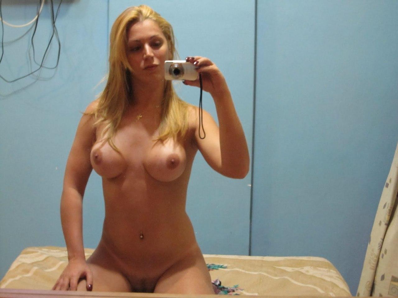 Gata tirou nudes no espelho e caiu na net peladinha
