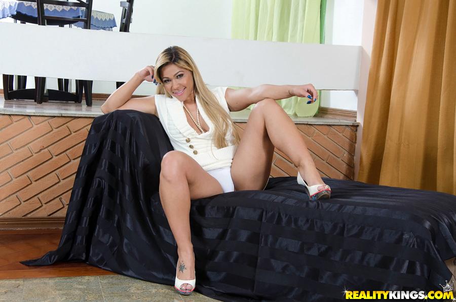 Monique Lopes exibindo o rabetão Fotos Grátis