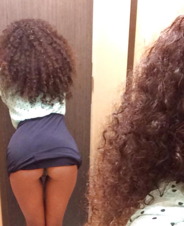 Negra novinha de Belo Horizonte – MG tirou fotos da buceta lisinha