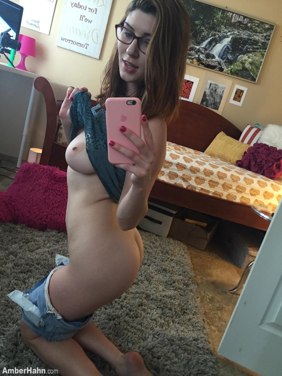 Nerd amadora tira selfies do peito e da buceta