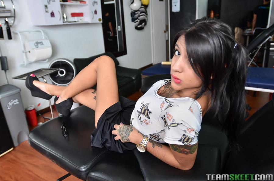 Ninfeta tatuada exibe buceta rosinha completamente nua