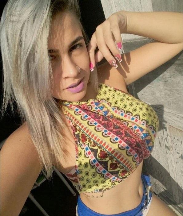 Novinha perfeita adora exibir e mandar nudes no WhatsApp