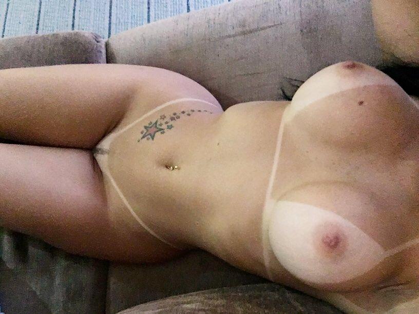 Acompanhante de Luxo Carla Prado manda fotos pelada pros clientes