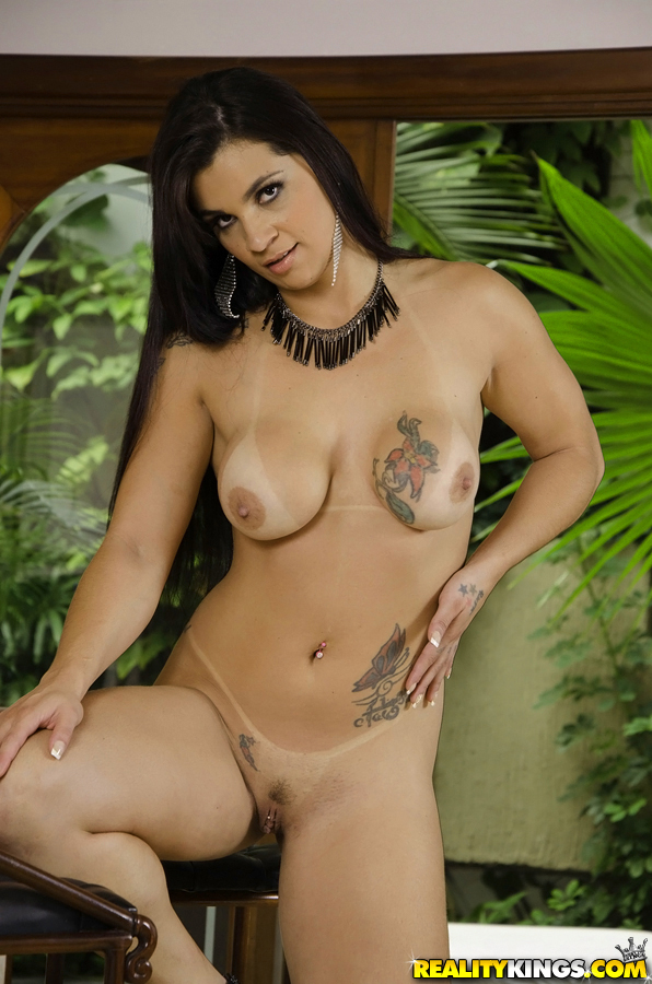 Cristine Castellari Brasileira faz fotos pelada com tatuagem no peito e na buceta