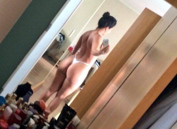Gostosa malhada tirou fotos caseiras pelada no espelho