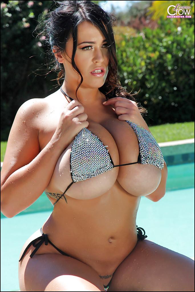 Hot Milf atriz porno peituda brincando na piscina