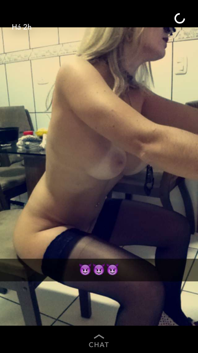 Loira gostosa do SnapChat tira nudes quentes da bunda e buceta