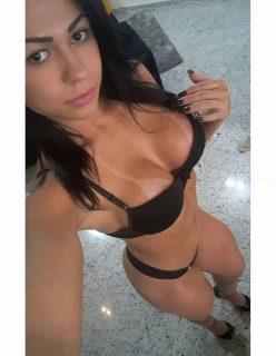 Morena Brasileira tira fotos amadoras e faz sucesso na internet