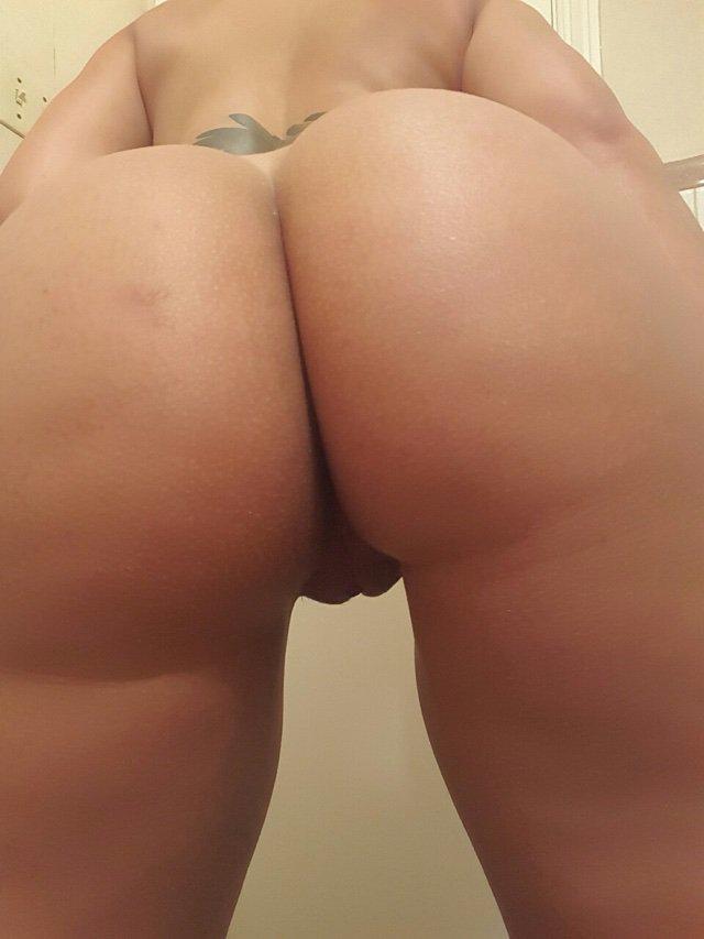 Moreninha peituda tira selfies pelada no banheiro mostrando a xoxota