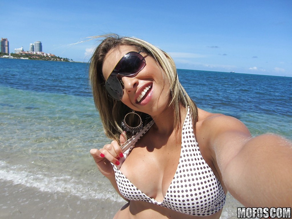 Novinha gostosa tira selfies pelada na praia