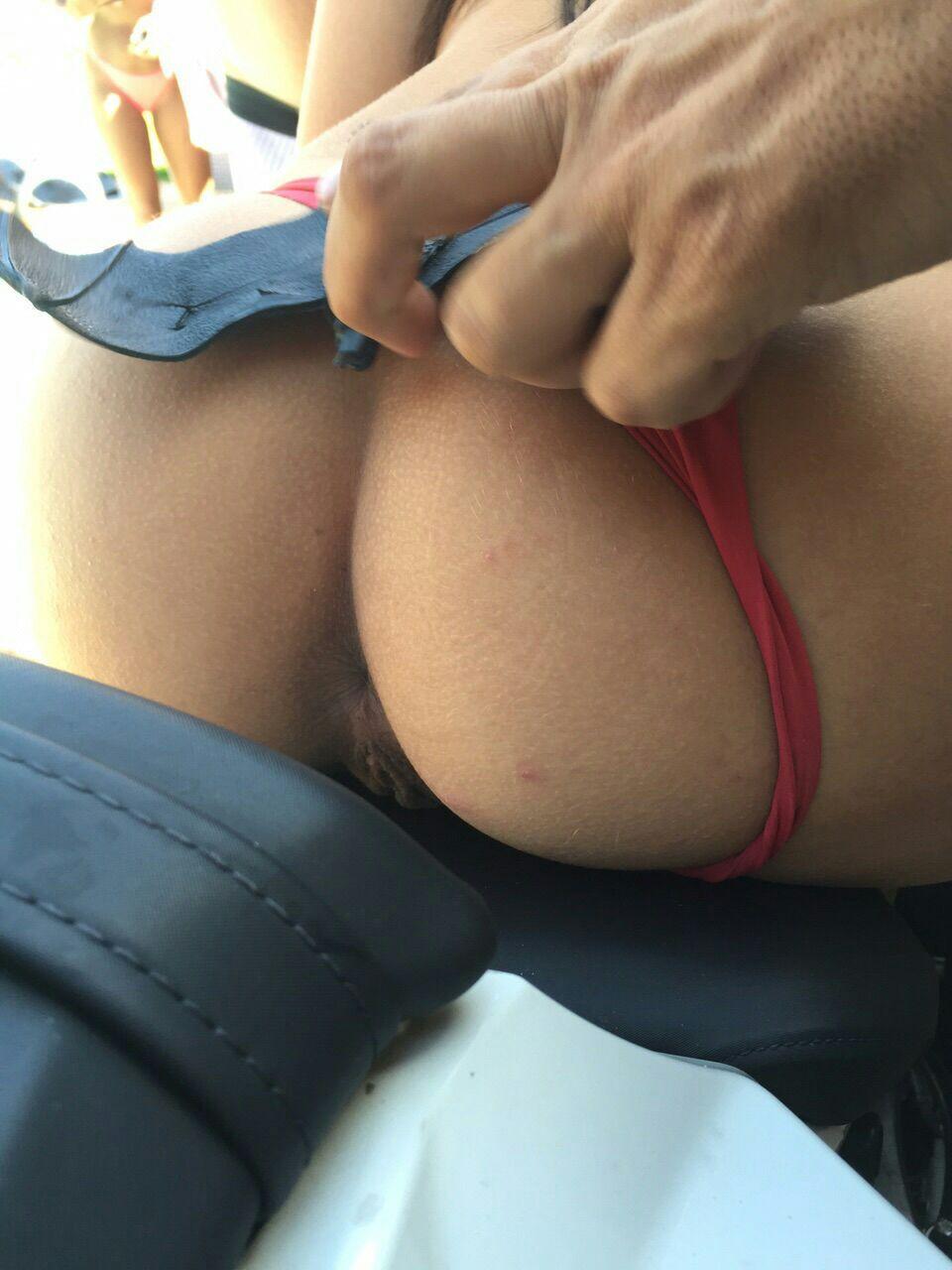 Novinha interesseira de calcinha empinando a buceta em cima da moto