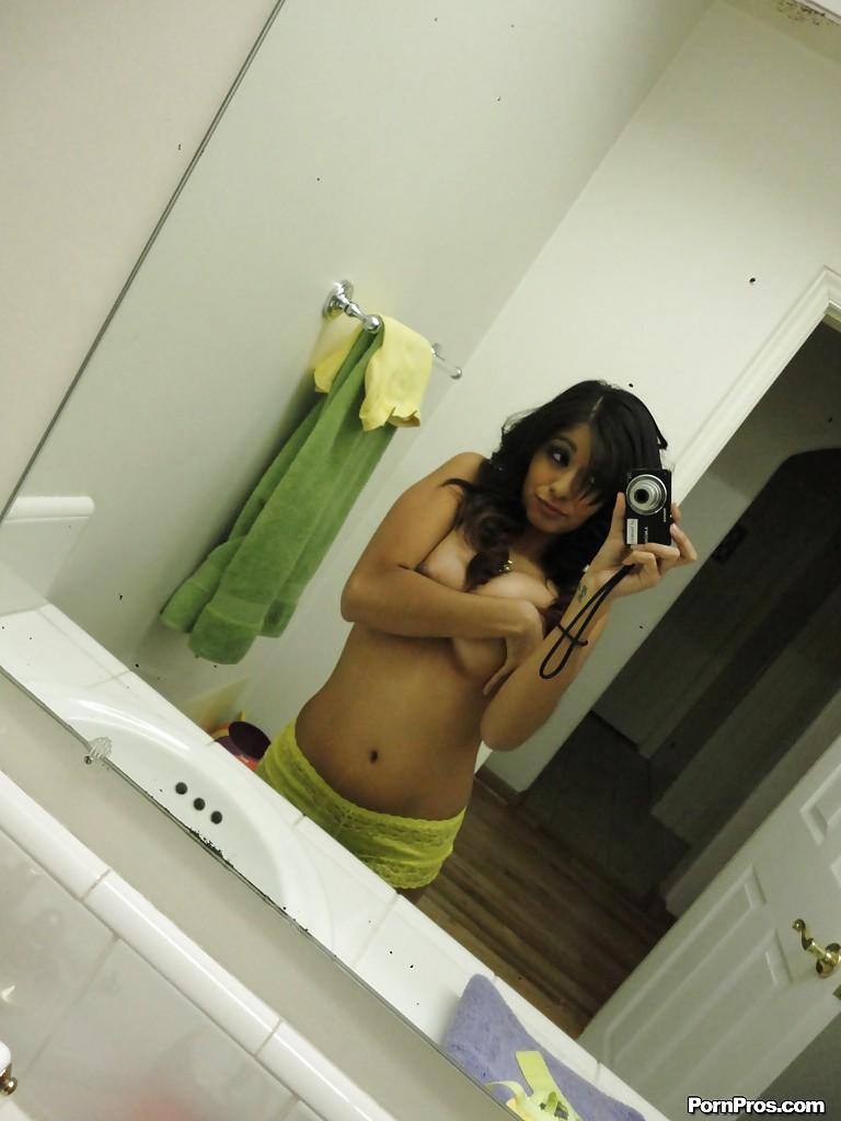 Novinha peituda com a bucetinha molhada depois do banho