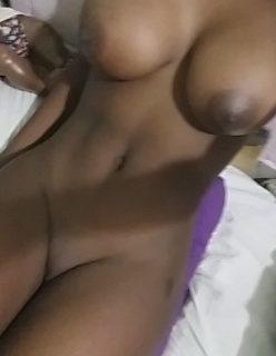 Preta gostosa manda nudes do peitão e sua buceta raspada