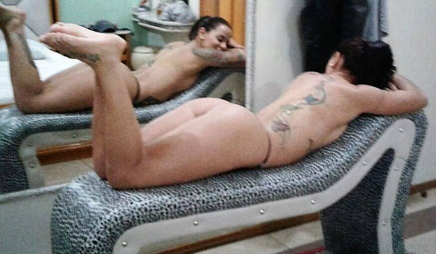 Carioca gostosa tirando selfies pelada no espelho