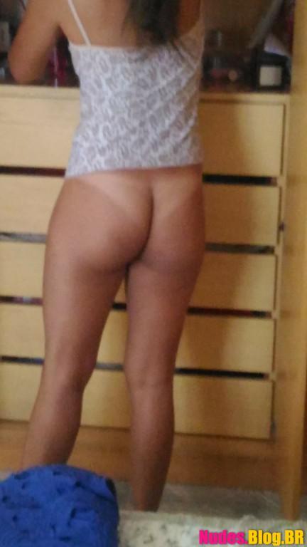 Flagrando buceta da novinha de mini saia sem calcinha fotos vazadas