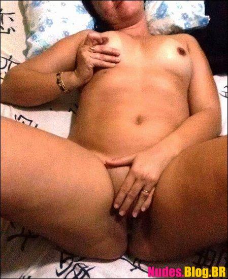 Mulher casada tira fotos transando com marido no motel