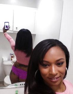 Negra rabuda tira selfies de calcinha no banheiro