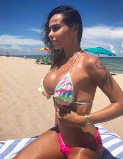 Paulinha gata faz sucesso no instagram com fotos de biquini na praia