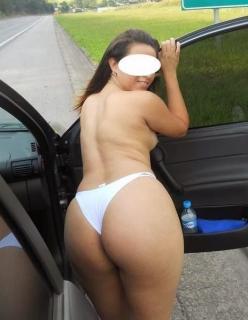 Casada nua na estrada se exibindo