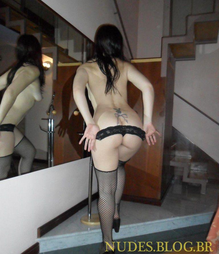 Ninfeta branquinha pelada no motel