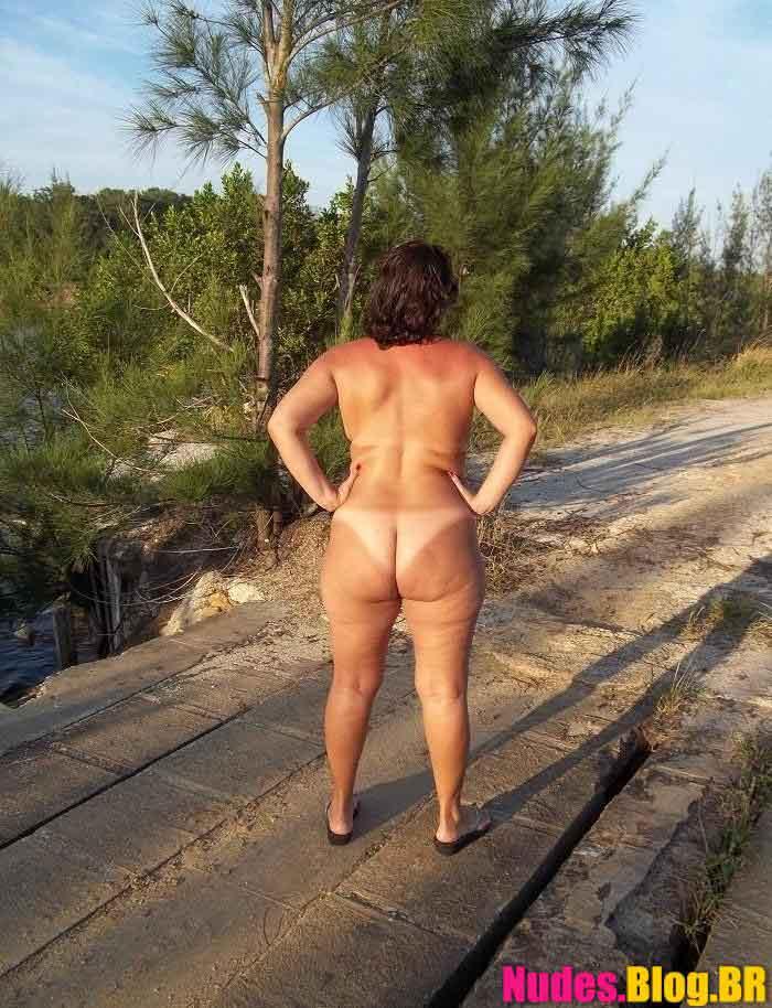 Coroa rabuda tira fotos amadoras da buceta pelada ao ar livre