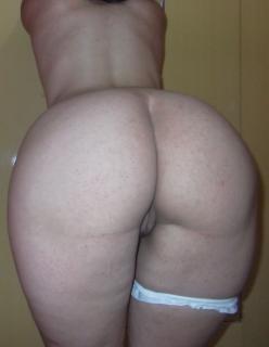Morena boazuda se exibindo de lingerie