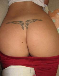 Esposinha tatuada mostrando a rabeta