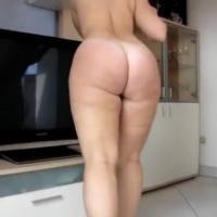 Gostosa rabuda limpando a casa toda pelada