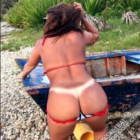 Sra Leal se exibindo pelada na praia