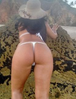 Esposa morena se exibindo na praia